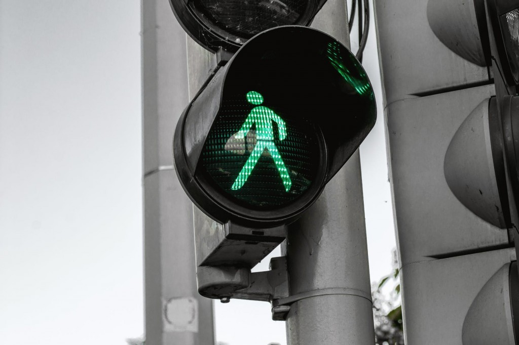 Green light at traffic lights, illustrating automation on financial websites
